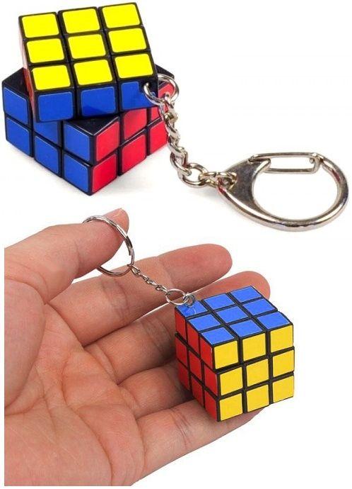 Világszerte a legismertebb Rubik kocka játék klasszikus 3x3 mini változata, kulcstartón. Bármikor magaddal viheted, akár táskadíszként is jól mutat....
