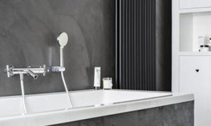Om een mooi geheel te creëren komt het stoere stucbeton terug rondom het bad. De handdouche is ideaal om u af te spoelen of om het bad schoon te spoelen.