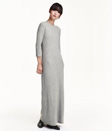 Figurnahes, langes Kleid aus Rippenjersey. Modell mit langem Arm und leicht ausgestelltem Rock.