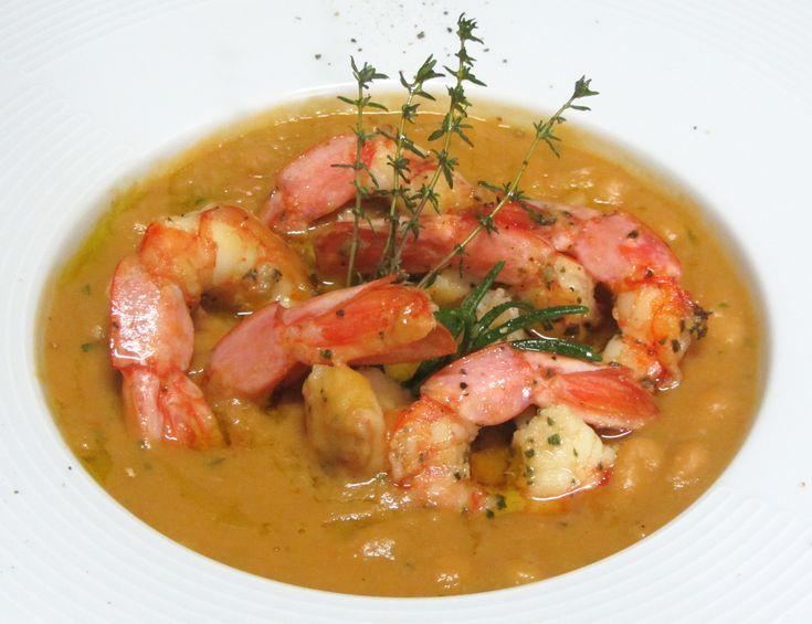 La zuppa di gamberi e fagioli è un piatto perfetto per ogni occasione. Vuoi stupire i tuoi ospiti con una vera ricetta gourmet? Segui i passaggi del video.