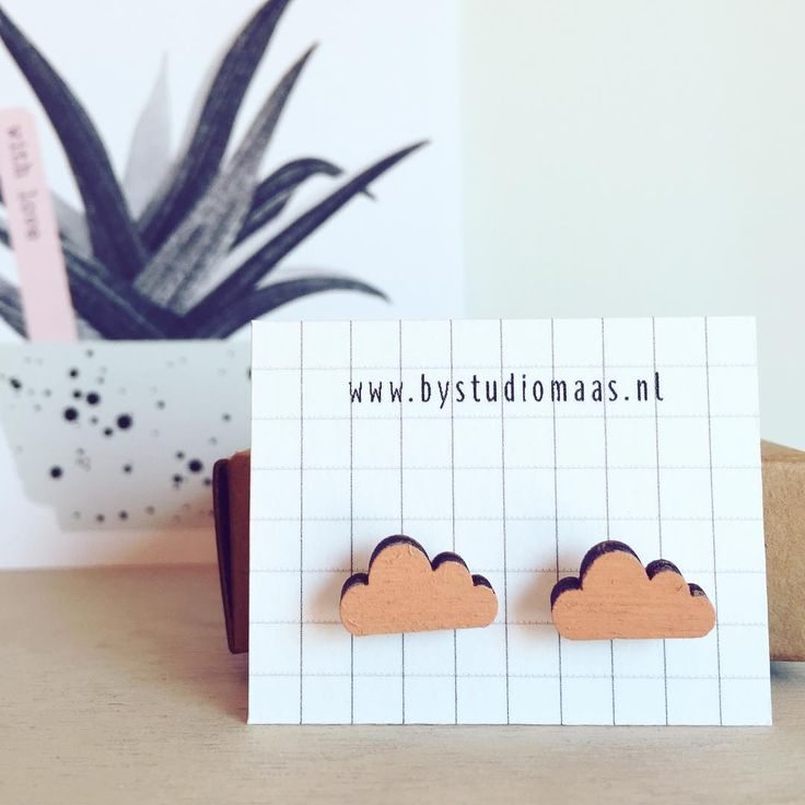 Het allerlaatste paar van deze roze wolkjes! ☁️ Ook in andere kleuren te verkrijgen. www.closeyoureyes-shop.be #webshop #webwinkel #earrings #jewelry #outfit #fashion #wood #pink #clouds #beautiful #minimal #design #bystudiomaas #wear #wearit #vsco #vscocam #shop #online