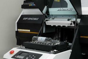 Mimaki Kebab for Cylindrical Printing: Mimaki, a manufacturer of wide-format inkjet printers and cutters, which recently opened a facility in the Greater Toronto Area, has introduced two new Kebab options for printing on cylindrical objects. (PrintAction 19 December 2016)