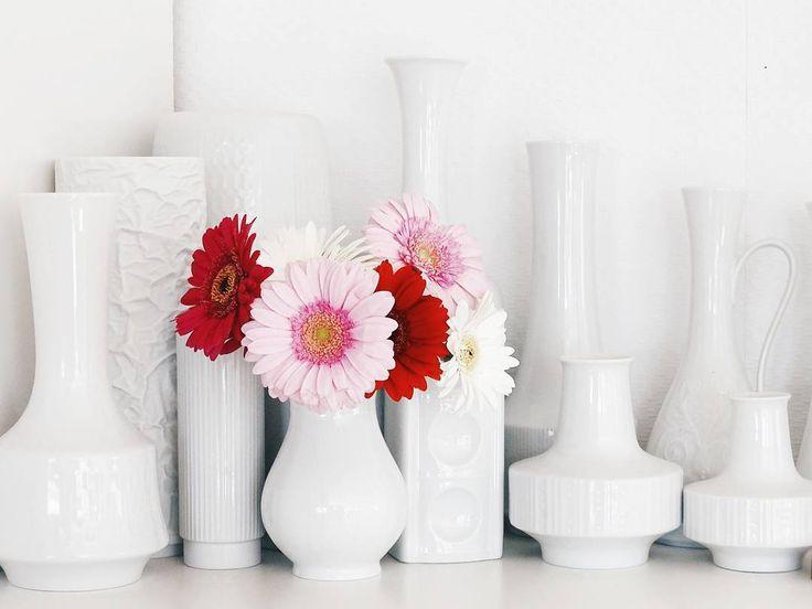 Wil jij ideeën opdoen en deze opkomende trends alvast bekijken dan kan dit bij Rustico Woonwinkel in Eibergen. Rustico is een voorloper en expert in de 50, 60 en 70 #vintage trends, #meubels, #inrichting, #lampen,  #interieur #aankleding, #badkamer #meubelen, speciale #natuurstenen #wandbekleding en bijpassende #PVC #laminaat #vloeren. . #flowers #flowersmakemehappy #flowerblogger #flowerslovers  #shelfie #onmyshelf #vintage #vintagevasen #vintagevases #whitevases #tv_allwhite #homedecor…