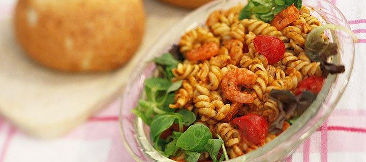 Lauw warme pastasalade met garnaaltjes en tomaatjes