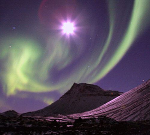 Aurora borealis dancing with the moon - ©Gunnlaugur Juliusson - www.flickr.com/photos/gajul/316365819/