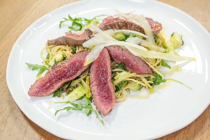 Recept tagliata van struisvogel met citroenpasta en avocado. De keuken van sofie. Bart De Pauw.