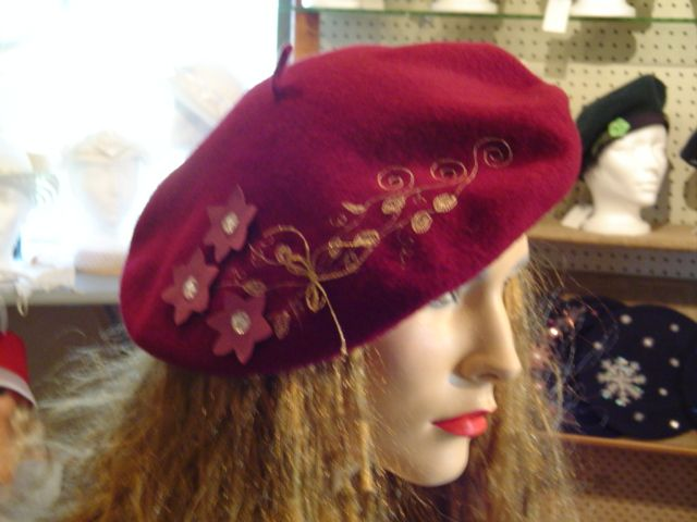 Béret de laine brodé à la main et décoré des fleurs de cuir. Signé Suzanne Poissant Modiste