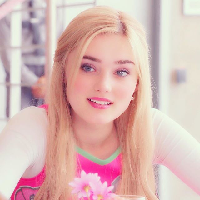 Wells Family Addison S Dad Dale Is The Chief Of The Zombie Patrol Addison S Mom Missy Is The Seabrook Town S Zombie Disney Meg Donnelly High School Fashion