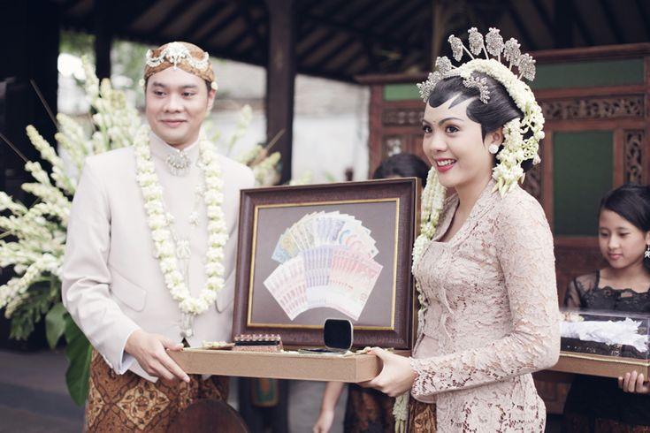 Throwback: Pernikahan Bertema Pesta Rakyat Ala Ria dan Fedi - fedie-ria-by-alodita01