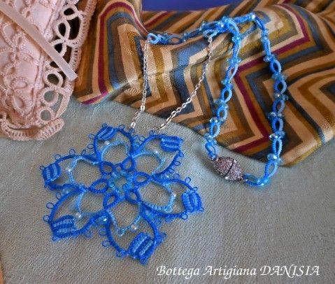 Medaglione interamente realizzato a Chiacchierino con perline Rocailles e cristalli. Chiusura a calamita.
