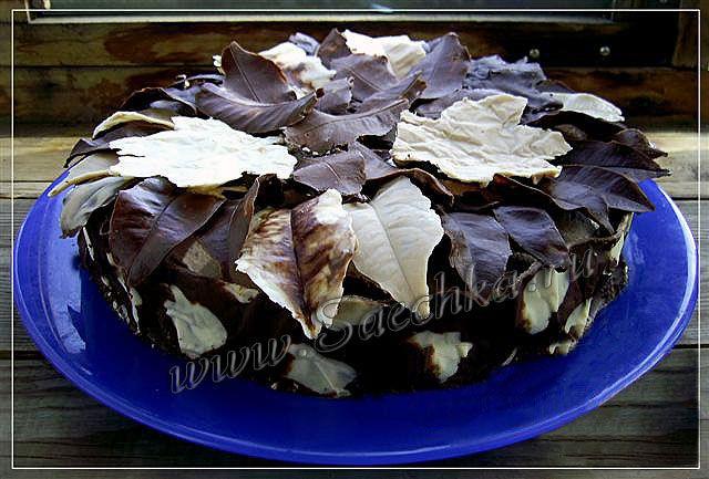 Осенний торт украшен с шоколадными листиками.
