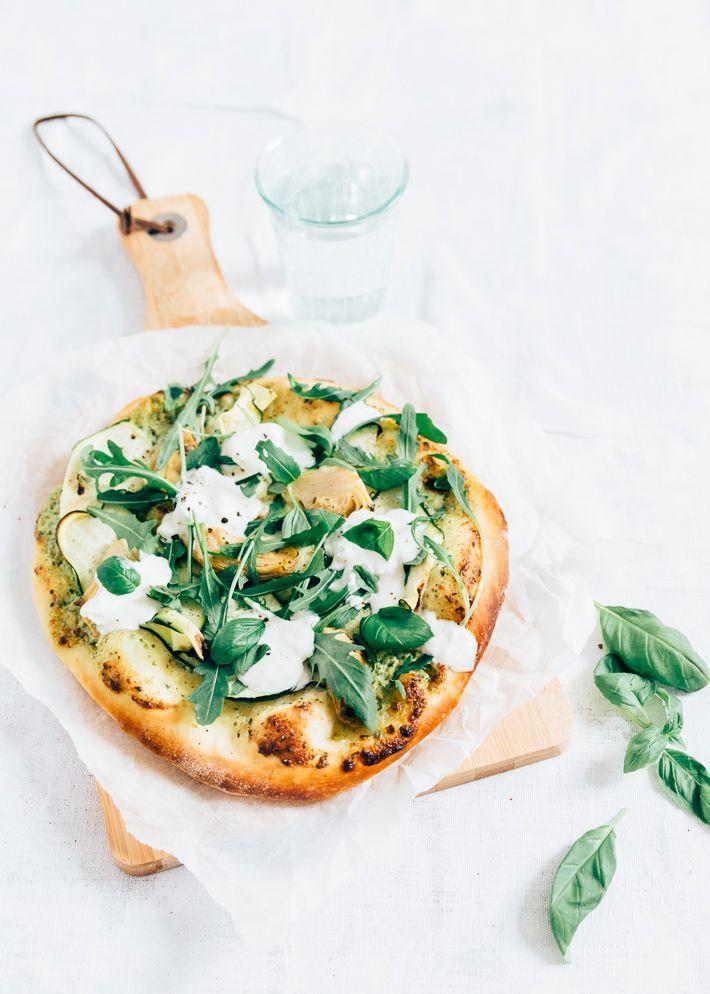 Veggie pizza met courgette en burrata ~ smaakt ook super met wat tomaten, knoflook, olijfolie en zonder rucola.