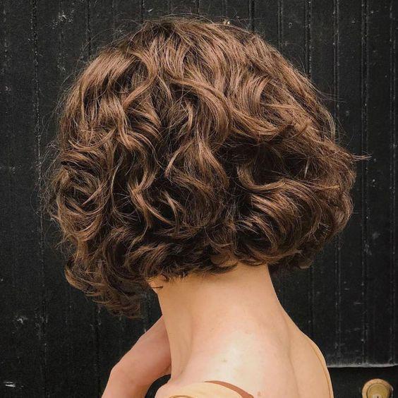 geschichtete lockige Frisuren, kurze lockige Frisuren, lockige Bob-Schnitte, kurze Frisuren …. –