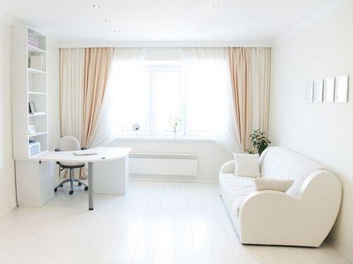 бежевые шторы в белой комнате