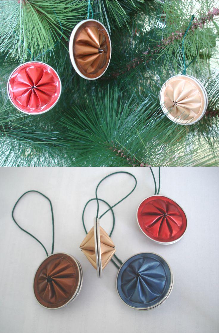 Adornos con forma de rueda para el árbol de Navidad, hecho con cápsulas de…