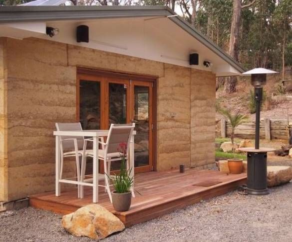 Beautiful self contained rammed earth studio apartment. Total privacy and in a beautiful bush setting. If you love the peace and quiet and need to unwind, look no further this is it, with all the comforts you need.