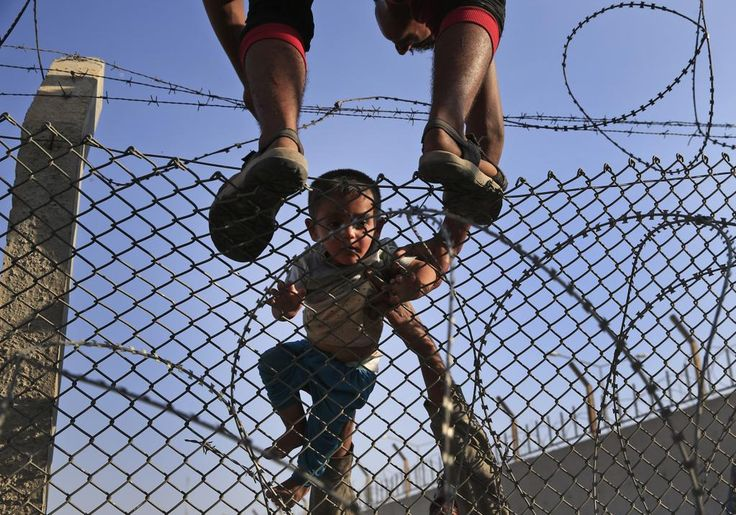 FOTOS | Cientos de refugiados sirios saltan la valla de Turquía en su huida de ISIS http://www.eldiario.es/desalambre/desesperacion-refugiados-sirios-huyen-Islamico_12_399080089.html… #Siria