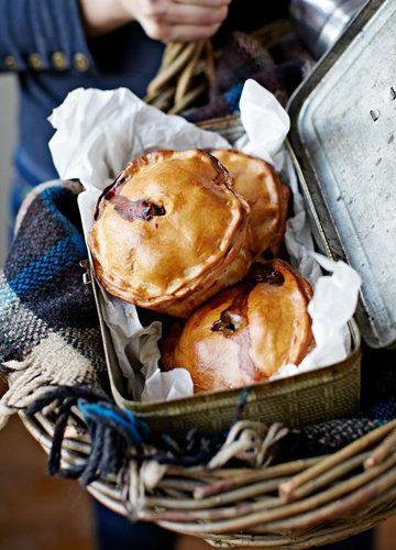 """Пироги в духовке по-английски  Эти пироги в духовке готовятся со свининой, очень сытные и вкусные. Рецепт из журнала Джейми Оливера.  Готовит коллега Джейми - Laura Fyfe. Это типично британская выпечка - традиционные домашние мясные  пироги. Так называемые """"Porky Pies""""."""