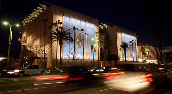 Budynek BCAM czyli The Broad Contemporary Art Museum, nowa cześć Los Angeles County Museum of Art, składa się z dwóch skrzydeł pokrytych marmurem. Razem z zachodnim, istniejącym już muzeum, uwalnia dla galerii 60 000 stóp nowej powierzchni wystawienniczej. Wszystkie elementy nowego obiektu zostały dopasowane do rzeźby Tony'ego Smitha, przypominającą trochę industrialne Lego - zabawkę z aluminium. Więcej na: http://sztuka-architektury.pl/index.php?ID_PAGE=9998
