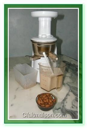 lait d'amandes à l'extracteur de jus vertical.