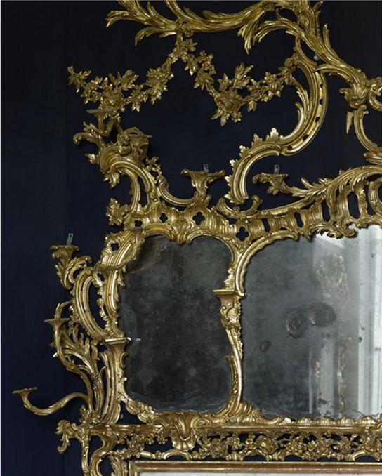 Carton House Quarto O chinês no Carton House, decorado por Emily, condessa de Kildare em meados do século 18.  Acima da lareira é um espelho Chippendale erupção em uma série de ramos dourados, alguns dos quais são sconces.