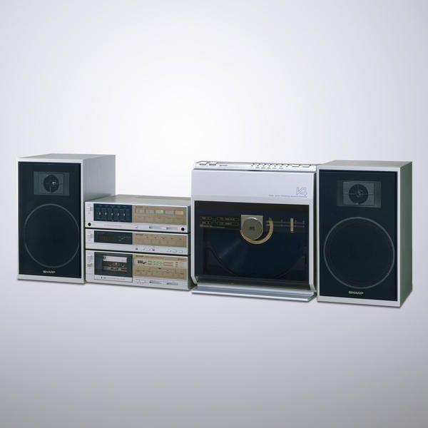 """SHARP シャープ株式会社さんのツイート: """"【これシャープっぽい製品だなと思ったらRT】タテ型、両面自動演奏、自動カセット録音…そして自動頭出し選曲ができたレコードプレーヤーのステレオコンポ 「オートディスク V4」1982年 ※向かって右スピーカー隣がターンテーブル。かっこいい。 http://t.co/TnhIB4a8"""""""