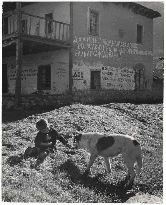 Η Ελευθερία παίζει με ένα σκυλί (1948)