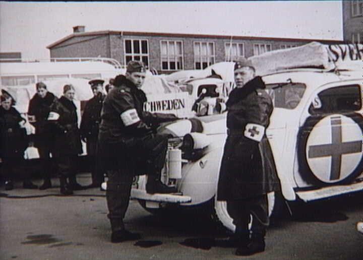 Bernadotte-aktionen. Svenske Røde Kors busser og personbiler gør holdt på Munkebjergskolen i Odense på vej til Tyskland for at hente skandinaviske fanger fra koncentrationslejre i april 1945  Tidsperiode og årstal Datering:apr-45 - See more at: http://samlinger.natmus.dk/FHM/21009#sthash.nIrXCoBl.dpuf