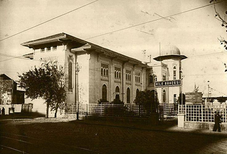 Milli kütüphane ve Milli sinema.. (Elhamra Sineması) Bugünkü Devlet Tiyatrosu Binasının, Halk-evi olduğu dönemde çekilmiş bir fotoğrafı.