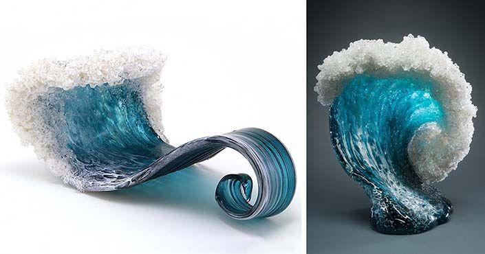 Dvojica vyrába zo skla vázy a dekoračné sochy, ktoré zobrazujú majestátnu silu oceánu. Vlny zo skla v podobe váz a sôch. Umenie, more, diela