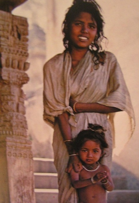 Young Indian mother with her daughter. Photo by Ed van der Elsken