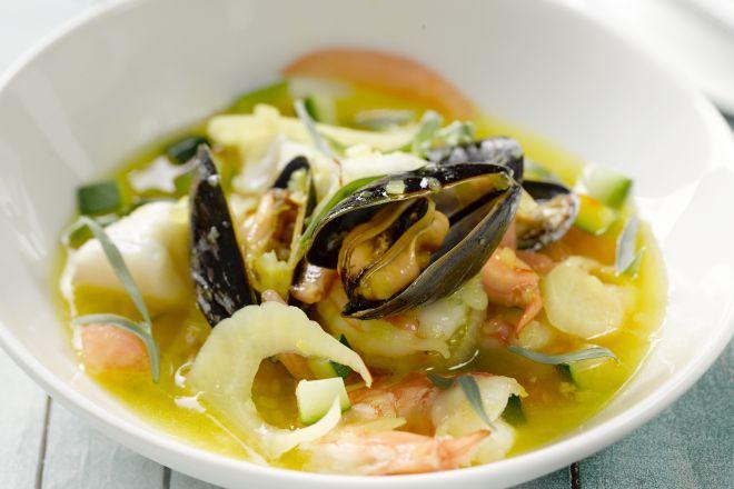 Bouillabaise, de Franse klassieker uit Marseille, durven we nog al eens vergeten. Het is een ideaal soepje om restjes vis in te verwerken, en mosselen zijn de ster van de maaltijd, met enkele schelpen mooi gepresenteerd bovenop de soep.
