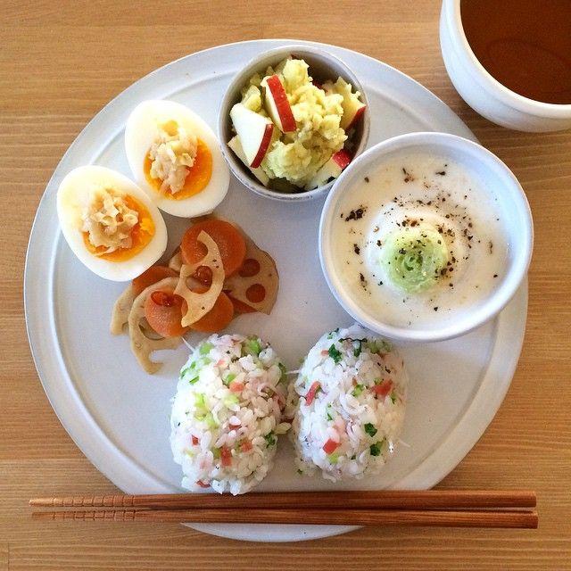 「Today's breakfast. Japanese style. 今朝は和食。おにぎりは梅、かぶの葉、しらす。ゆで卵にはネギ味噌柚子胡椒。かぶは味噌仕立てのミルクスープ。と、きんぴら、さつまいも&りんごのサラダ。」
