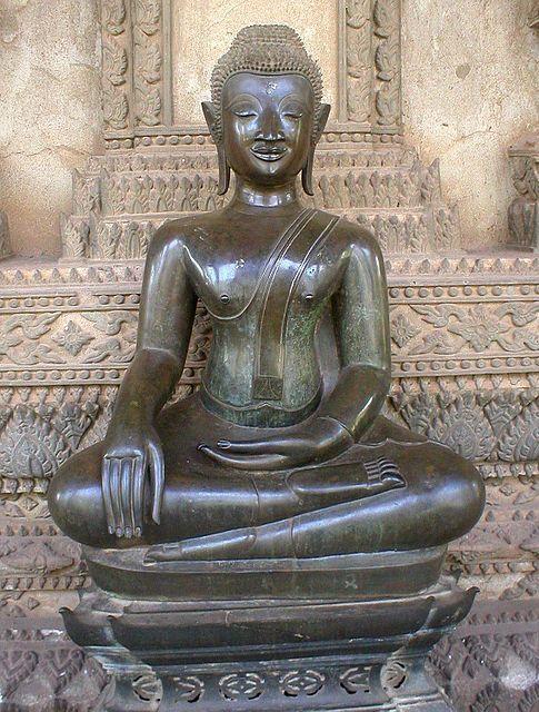 La Bhûmisparsha-Mudrā, ou mudrā de la prise de la terre à témoin. Même position que la Dhyâni-Mudrâ, mais la main droite est posée sur le genou, les doigts effleurant la terre. Dans sa dernière méditation avant l'éveil, Bouddha subit les attaques de Māra, personnification du mal, qui tenta divers stratagèmes pour interrompre sa méditation. Finalement, Māra nia la réalité de l'éveil du Bouddha, arguant qu'il n'y avait pas de témoin ; celui-ci toucha alors la terre (Bhūmi ou Prithvi), qui…
