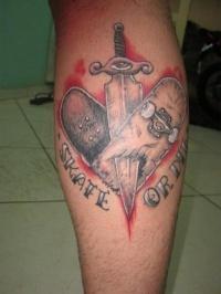 Tatuagem enviada pelo skatista Luciano Leal Ramos via a fan page do clube no facebook, tatuagem com a clássica frase skate or die tatuada na batata da perna.