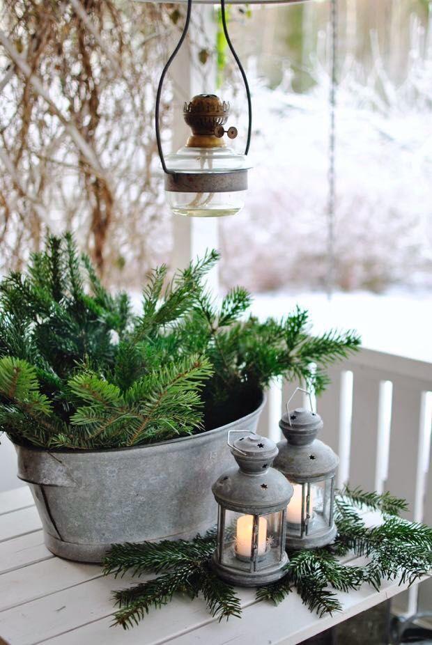 DIY idee: Decoreer je terras/balkon/veranda/tuin met een tinnen mand vol dennentakken voor een shabby chic look.