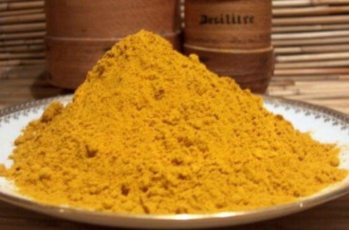 Hihetetlen, hogy az a sárga fűszerpor, mellyel úgy-amúgy normális körülmények között vigyázni kell, mert mindent sárgára fest, a fogakat hófehérré varázsolja.