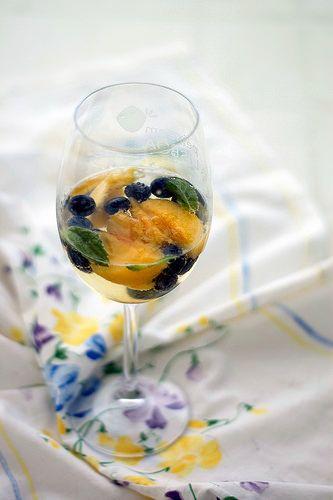 Sangria branca de pêssegos e mirtilos by Suzana [Gourmets]
