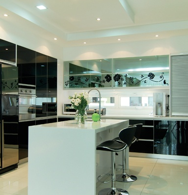 D Format Kitchen Cabinet ● Kabinet rona hitam daripada material akrilik dan kaca refleksi menonjolkan gaya elegan di ruang dapur. ● Keluasan dapur 11 kaki x 12 kaki. ● Material kaunter top menggunakan solid surface. ● Kos RM 35,000 (termasuk aksesori)