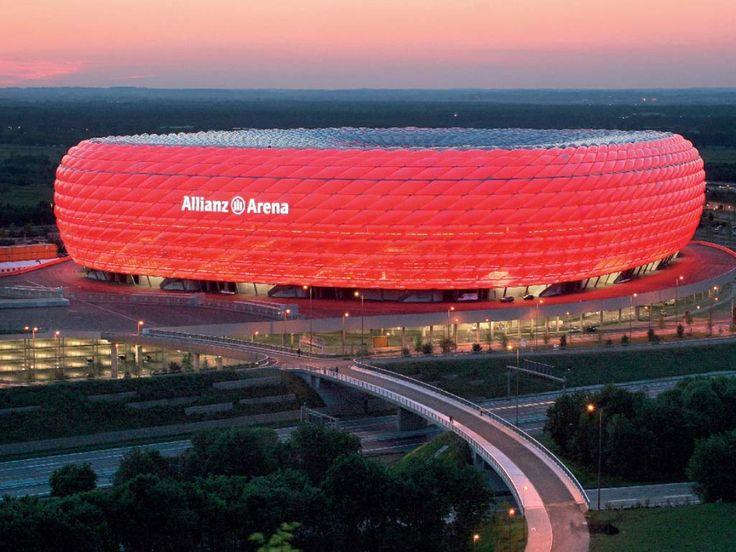 Imagen nocturna del Allianz Arena, estadio ultramoderno construido para la Copa Mundial de Futbol 2006. Se encuentra ubicado al norte de Munich y es el estadio federado de Baviera.