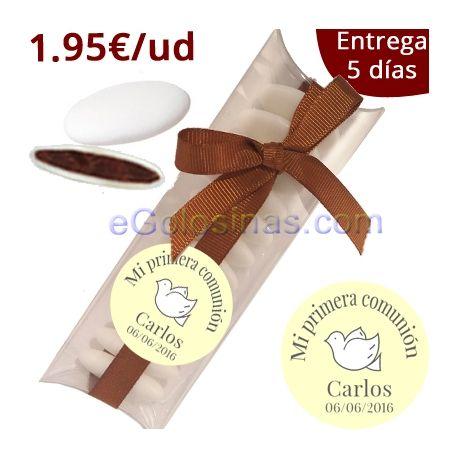 12 cajitas de PVC o acetato transparente con 12 Peladillas de Chocolate blanco. Personalizamos con una etiqueta personalizada y cerramos un lazo marrón. Detalles ideales para Comunión y para regalar a tus invitados.