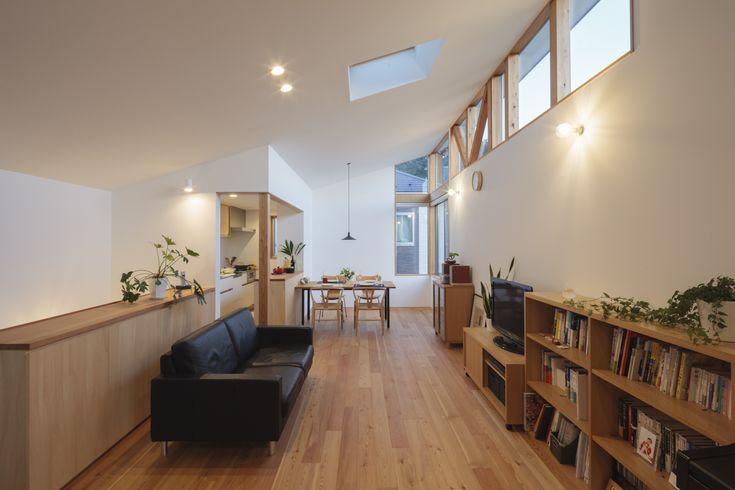 細長い敷地の為、リビング・ダイニング・キッチンはひとつの空間に。 天井が高いので広く感じます。この写真「リビング・ダイニング・キッチンはひとつの空間」はfeve casa の参加建築家「澤崎麻子/アトリエ・アルコ」が設計した「空を見る家」写真です。「自然素材の家 」カテゴリーに投稿されています。