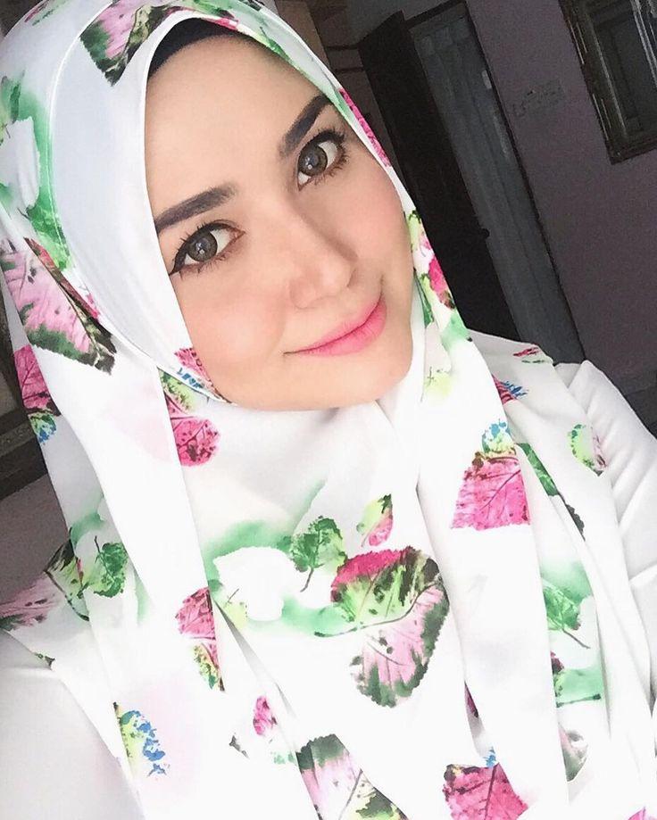 "3,017 Likes, 59 Comments - Syaheera Abd Wahab  (@syaheerabdwhb) on Instagram: ""Buenos dias & salam Jumaat sunshine! ❤️ makeup by kak @fazs.faozi """