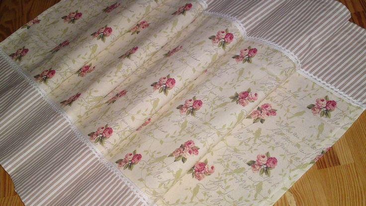 napron růže s jemnou kraječkou napron neboli středový ubrus ušito z kvalitní české a zahraniční bavlny jednoduše začistěno a prošito zdobeno paličkovanou krajkou rozměr 108x44 cm