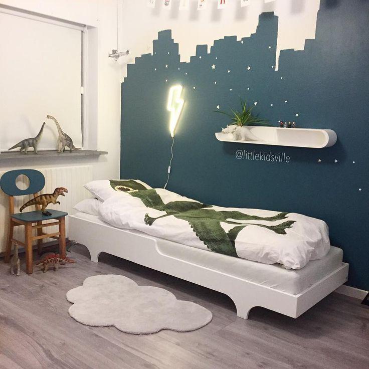 Et nyt drengeværelse bliver til ⚡️ dinosaurus sengetøj, lampe, selvlysende wallstickers, gulvtæppe, hylde og seng findes alt sammen på www.littlekidsville.dk Den fine retro-stol har vi fundet hos @tronsgaard_shop #gulvtæppe #rafakids #littlekidsville #alittlelovelycompany #dinoroom #dinosaurus #snurkdenmark #snurk