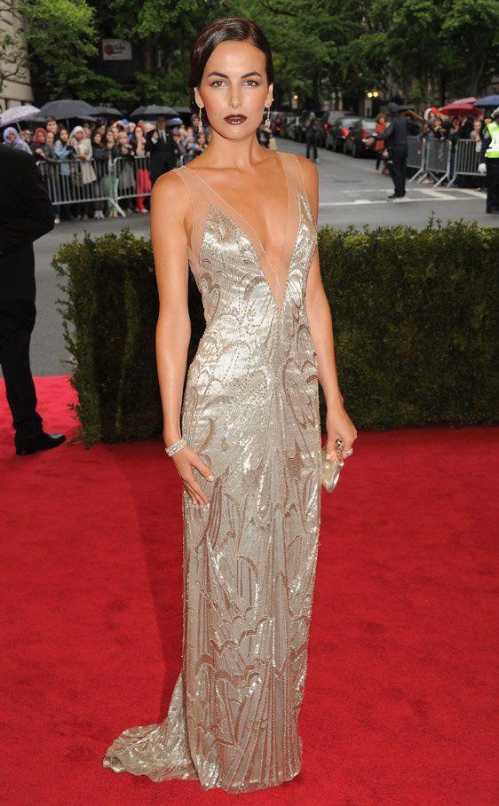 Camilla Belle con un largo vestido plateado con bordados y escote en V de Ralph Lauren.