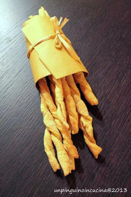 Grissini di mais Ingredienti (per circa 20 pezzi):  100g di farina di mais fioretto  150g di farina Manitoba  125g di acqua a temperatura ambiente  20g di olio evo  10g di lievito per torte salate  2g di sale  mescolare acqua con l'olio e il sale. unire alle due farine con il lievito. impastare Stendere a circa 2 mm, tagliare striscie larghe 1,5-2 cm e attorcigliarle. Stenderli su una teglia con carta forno. Cuocere a 200° per 20 minuti circa o fino a che non saranno coloriti.