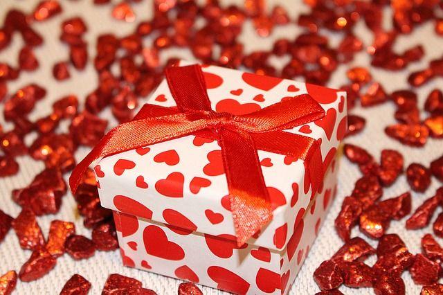 Llega la Navidad y con ella, la época de las celebraciones y los regalos, aunque esto último, a veces, se convierte en una complicación para muchos. Surge la eterna pregunta del «pero, ¿qué regalo?». Hoy en día tenemos de todo …