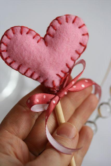 DIY - felt heart (ATELIER CHERRY: Pirulitos de coração de feltro)