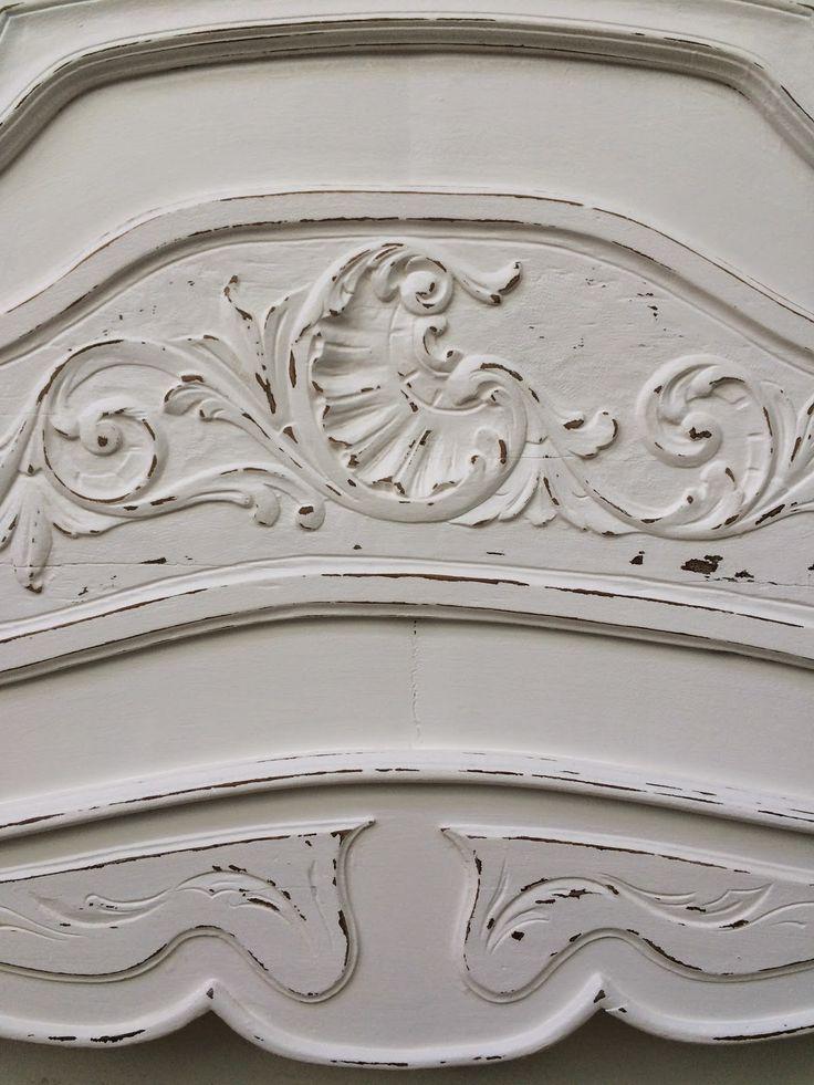 Cama antigua completa de 1 plaza estilo francés. Cabecera y piecera pintados en color blanco con desgastes. La madera está tallada y se...